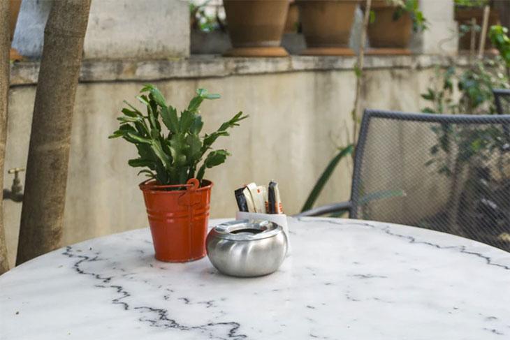 post billede 7 lette gør det selv møbel idéer til lavpris Hjemmelavet marmorguldbord - 7 lette gør-det-selv møbel-idéer til lavpris