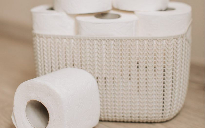 basket full of toilet paper 3958206 scaled e1587996578101 840x525 - Oplev glæden ved et campingtoilet