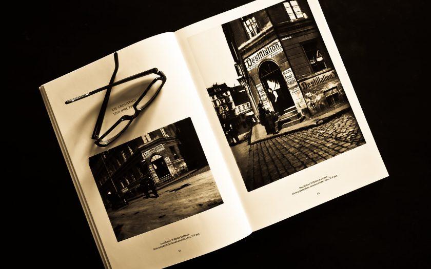 black framed eyeglasses on white photo album 159850 840x525 - Oplev glæden ved en flot fotobog