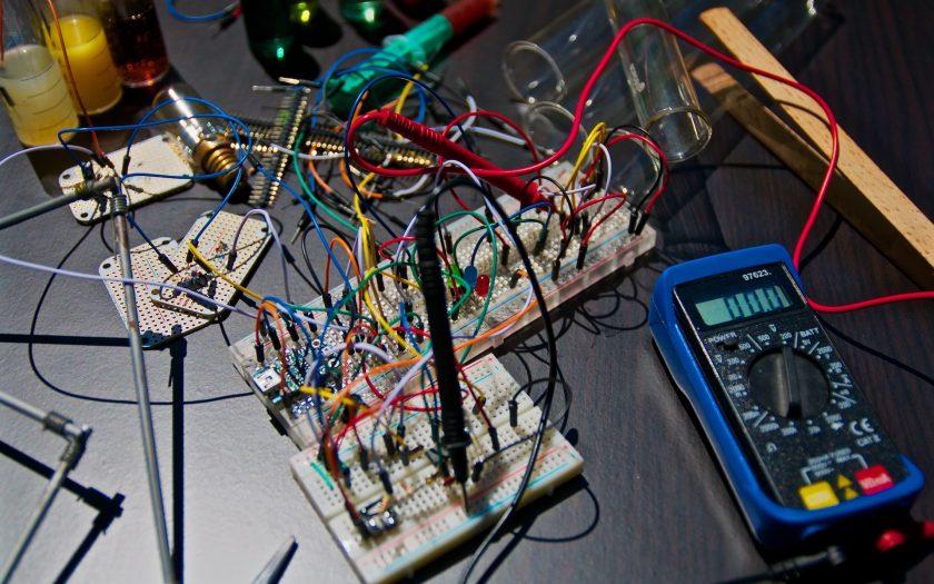 nicolas thomas 3GZi6OpSDcY unsplash 840x525 - Sjove eksperimenter og aktiviteter om elektricitet for børn
